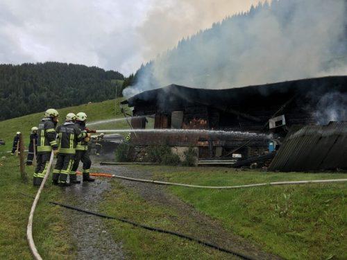 Mehrere Feuerwehren aus dem Bregenzerwald beteiligten sich an den Löscharbeiten in Hittisau. vol.at/meyer