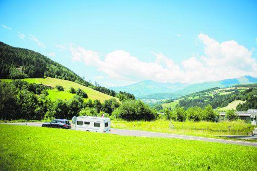 Mit dem Wohnwagen ist man unabhängig und kann Österreich aus einer ganz neuen Perspektive entdecken.Shutterstock (4)