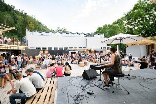 Mit noch etwas luftigerer Bestuhlung als hier bei einem Konzert der Vorarlberger Musikerin Nnella wird die Poolbar heuer am 23. Juli gestartet. M. Rhomberg