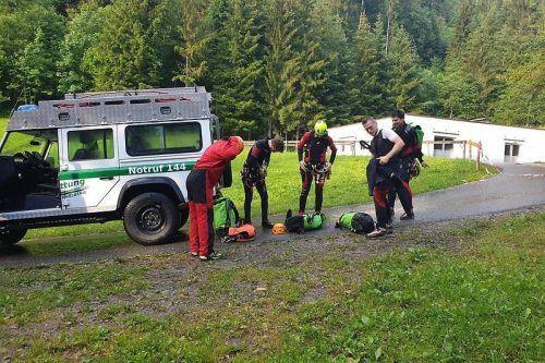 Mitglieder der Bergrettung Rankweil bereiten sich auf die Suche in einer gefährlichen Gegend vor.bergrettung rankweil
