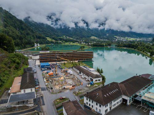 Mitten im Betriebsgelände in Rodund entsteht das neue Ausbildungszentrum der illwerke.VN/Steurer
