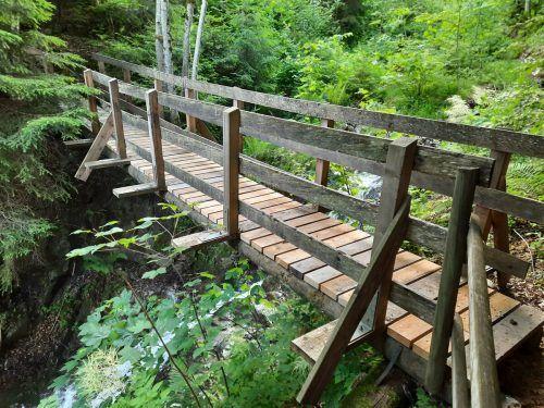 Nach der Sanierung der Holzbrücke über den Auenlatschbach ist diese wieder passierbar. STO