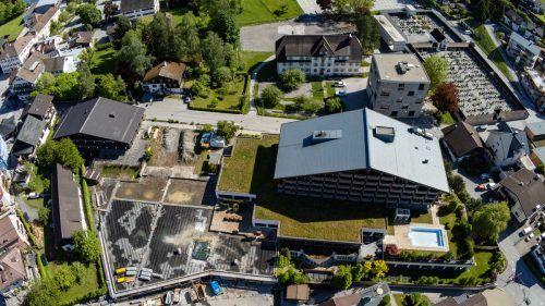 Nachdem heuer der Sparmarkt in Schruns runderneuert wurde, sollen im kommenden Frühjahr die Bagger beim darüber situierten Löwen Hotel auffahren. VN/Lerch