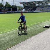 """<p class=""""caption"""">Ob mit dem Fahrrad oder mit dem Ball, SCRA-Trainer Alex Pastoor kennt den richtigen Weg.Adam</p>"""