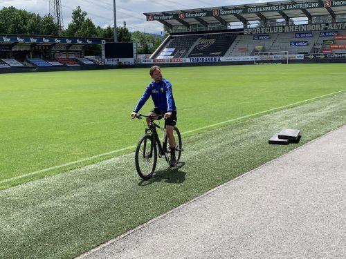 Ob mit dem Fahrrad oder mit dem Ball, SCRA-Trainer Alex Pastoor kennt den richtigen Weg.Adam