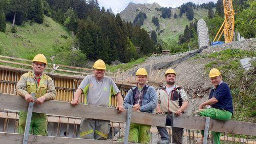 Ordentlich ins Zeug legt sich die Walser Bautruppe der WLV-Sektion Bludenz beim Großprojekt Stutztobel-Faschina.