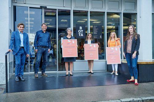 Romeo Kalkhofer, Bürgermeister Kurt Fischer und Nathalie Roithinger gratulierten den anwesenden Preisträgern. studio 22/Marcel Hagen