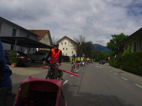 Rund 1,5 Meter beträgt der empfohlene Mindestabstand beim Überholen von Radfahrern. Dieser Abstand wurde mithilfe von Schwimmnudeln verdeutlicht. Privat