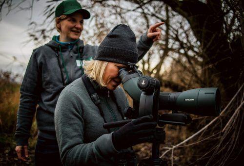 Ruth Swoboda von der inatura und Hoteldirektorin Carmen Oberhauser bei der Vogelbeobachtung im Rheindelta.  Fa/Matak Studios