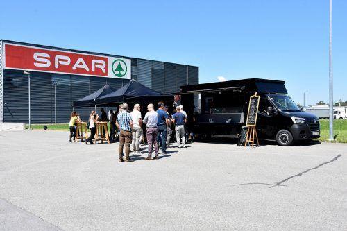 Schon bei der Premiere am Dienstag und Mittwoch zog das Angebot von Eugen und Spar vor der Zentrale des Handelsunternehmens zahlreiche Mittagsgäste an.Fa