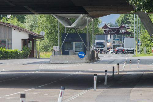 Schweizer Bürger können über die Grenze in Hohenems wieder nach Vorarlberg fahren. VN/Steurer