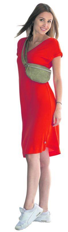 Sportlich in den Sommer             Lisa aus Dalaas trägt ein Sommerkleid (49,99) und eine Tasche (39,99) von Street One in Lauterach. VN/Steurer
