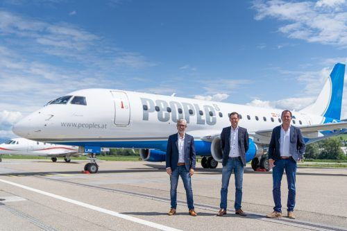 "Stefan Müller (Rhomberg Reisen), Thomas Krutzler (People's Air Group) und Michael Nachbaur (High Life Reisen) vor dem Embraer 170-Jet ""Laura"".  peoples"