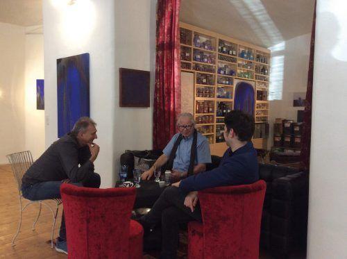 Ty Waltinger mit dem Galeristen Kurt Prantl und Leon Boch in seinem Atelier. Prantl