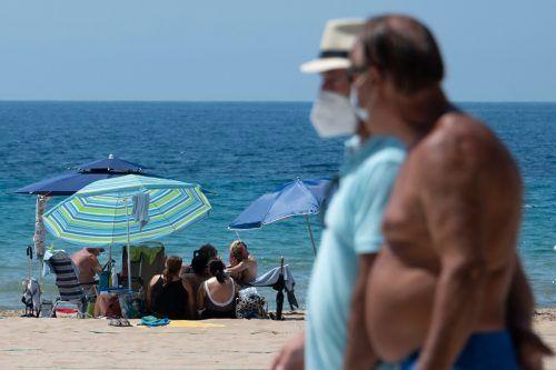 Viele Spanier machten sich am Sonntag auf den Weg in Richtung Strand. Im Bild: der Poniente Beach in Benidorm. AFP