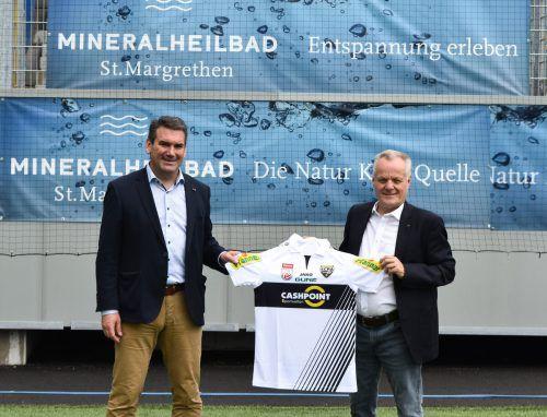 Vor dem Duell gegen die Austria besiegelten SCRA-Vize Werner Gunz (rechts) und ITW-Geschäftsführer Martin Meyer die neue Partnerschaft.SCRA