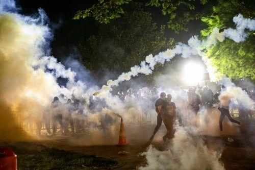 Vor dem Weißen Haus in Washington kam es zu neuen Zusammenstößen, die Sicherheitskräfte setzten Tränengas ein. AFP
