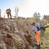 """<p class=""""caption"""">Wie hier am Bienenhügel im Sportpark kümmern sich die Gärtner vom Bauhof derzeit zu dritt um die gesamte Baum- und Grünraumpflege in Lustenau. Gde</p>"""