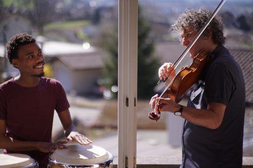 Zuko Samela wohnt derzeit im Haus seines Mentors Klaus Christa und wird von ihm am Konservatorium in Bratsche ausgebildet. Pforte Feldkirch