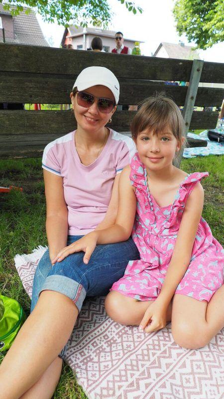 Angelina teilte sich die Picknickdecke mit Mama Svetlana.