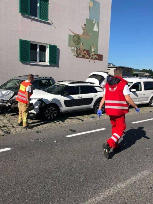 Bei dem Unfall, der zwei verletzte Personen forderte,wurden insgesamt fünf Fahrzeuge beschädigt.Feuerwehr höchst