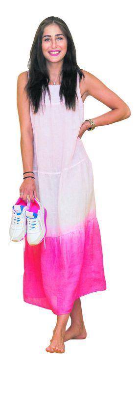 Blickfang             Chrissi in einem sommerlichen Outfit, das alle Blicke auf sich zieht: Luftiges Kleid aus italienischem Leinen, 199 €, passend dazu die Sneakers von Phlippe Model, 149 €, alles gesehen bei Luger Mode in Hard.               foto: vn/steurer