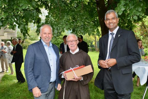 Bürgermeister Lampert und Pfarrer Georg Thanijath gratulierten Pater Karl-Martin. Ionian