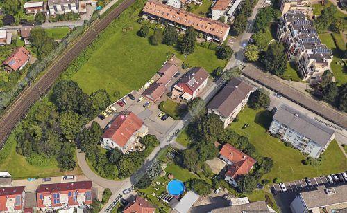 Das Grundstück zwischen der Bahnstrecke und der Oberst-Bilgeri-Straße ist bislang überwiegend unbebaut. Google Maps