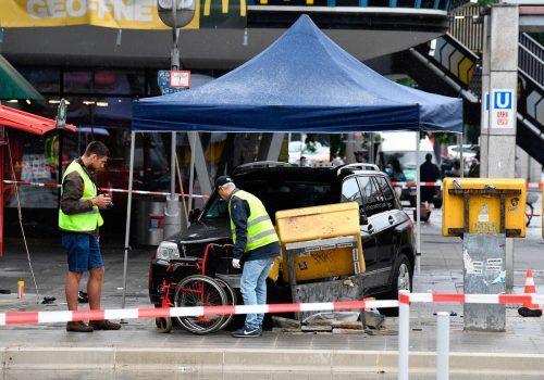 Das Unfallauto stieß am Bahnhof Zoo gegen einen Briefkasten.Ein Mensch wurde unter dem Fahrzeug eingeklemmt und kam nach der Reanimation ins Krankenhaus. AFP