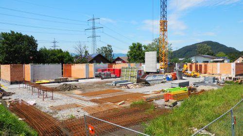 Der Kindergarten im Ried ist im Werden – wie ein Lokalaugenschein auf der Baustelle zeigt.Christof EGle
