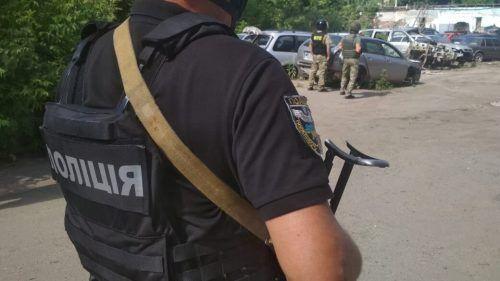 Der Mann ist mit einem von der Polizei geforderten Fluchtfahrzeug unterwegs. Rts