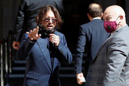 Der Schauspieler Johnny Depp (l.) vor dem Londoner Gerichtsgebäude. Reuters