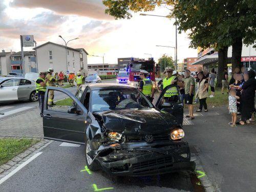 Die beteiligten Fahrzeuge wurden schwer beschädigt.FW HArd