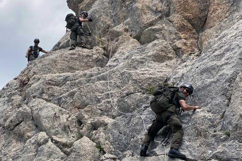 Die Militärmusikanten haben die Zimba bei ihrer Alpintour über den Westgrad mit Seil und Haken erklommen. Militärkommando/Hessel