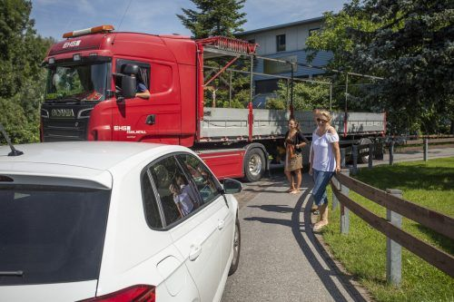 Heikle Begegnungen auf der Straße Obere Hub in Altach. Für die Anrainer ist das Alltag. VN/Paulitsch