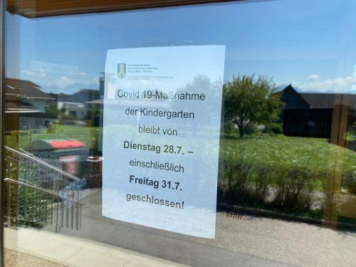 Gut sichtbar macht die Gemeinde auf die Schließung des Kindergartens aufmerksam.VN/gms