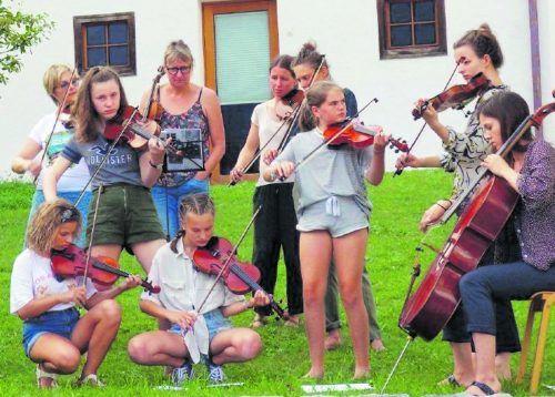 Jüngere musizieren mit Älteren, Laien mit Studierenden, mit oder ohne Noten. Radix Musikwerkstatt 2019