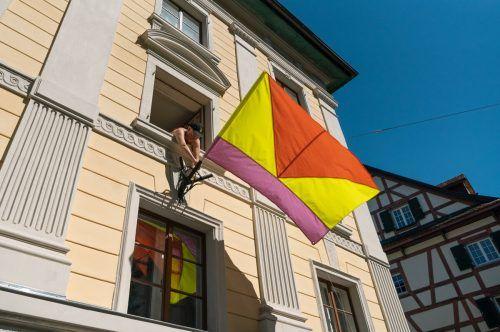 """Künstlerin Theresa Hattinger hisst die erste """"Flag of Utopia"""" bei der Amazone in der Bregenzer Kirchstraße.kirstin tödtling"""