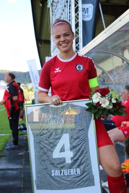 Leonie Salzgeber freut sich über das Abschiedsgeschenk der Mannschaft.KNOBEL