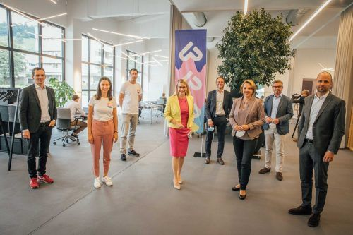 Ministerin Margarete Schramböck, Staatssekretär Magnus Brunner und Landesrat Marco Tittler besichtigen die Postgarage - Treffpunkt für digitale Innovation. sams