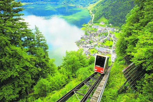 Mit der Salzbergbahn gelangt man zu den Salzwelten Hallstatt.Shutterstock