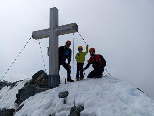 Stolz auf dem Gipfel: Noah mit Papa Kevin (r.) und Opa Huti. bertsch