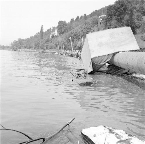 1965 wurden einige Rohre der im Bau befindlichen Pipeline vom Bodensee-Hochwasser unterspült.                              volare/Zündel