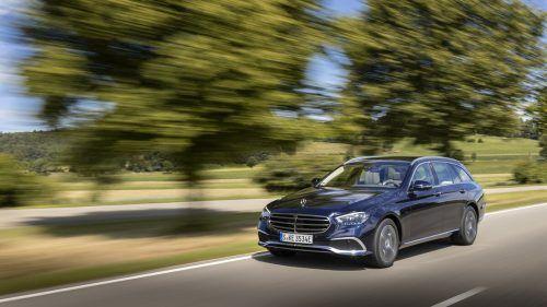 Aktualisierte Mercedes-Benz E-Baureihe: Neu gestaltete Scheinwerfer – serienmäßig in Voll-LED-Technik – sind eines der Merkmale für alle Modellvarianten.