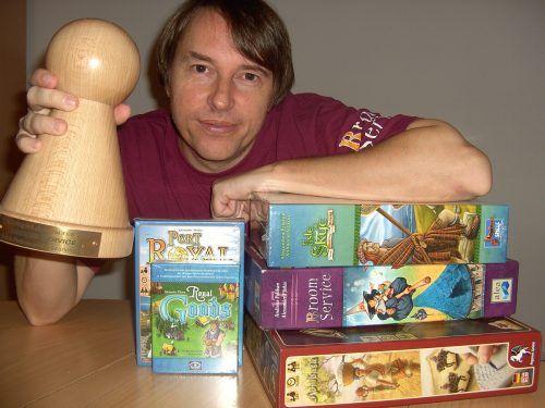 Alexander Pfister mit mehreren seiner preisgekrönten Spiele. Pfister