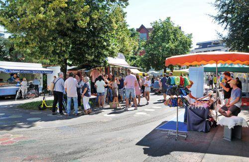 Am neuen Standort auf dem Schulplatz der einstigen Schule Markt hat sich der Harder Wochenmarkt bewährt.ajk