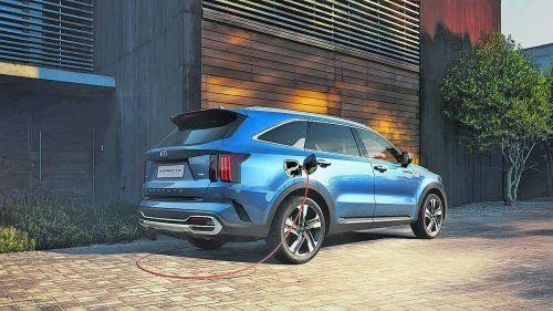 Anfang 2021 schiebt Kia eine weitere Motorisierung für den neuen Sorento nach. Das 4,81 Meter lange SUV tritt neben einem 2,2-Liter-Diesel (202 PS) und einem Vollhybriden mit 230 PS Systemleistung auch als Plug-in-Hybrid (PHEV) an. Die Koreaner kombinieren beim PHEV 180 PS starken 1,6-Liter-Turbobenziner mit einem E-Motor, der auf 91 PS kommt. Die Gesamtleistung beträgt 265 PS und 350 Nm. Angetrieben werden alle vier Räder.