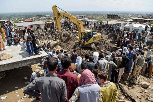 Auch am Donnerstag suchten Helfer unter den Erdmassen nach Opfern. Reuters