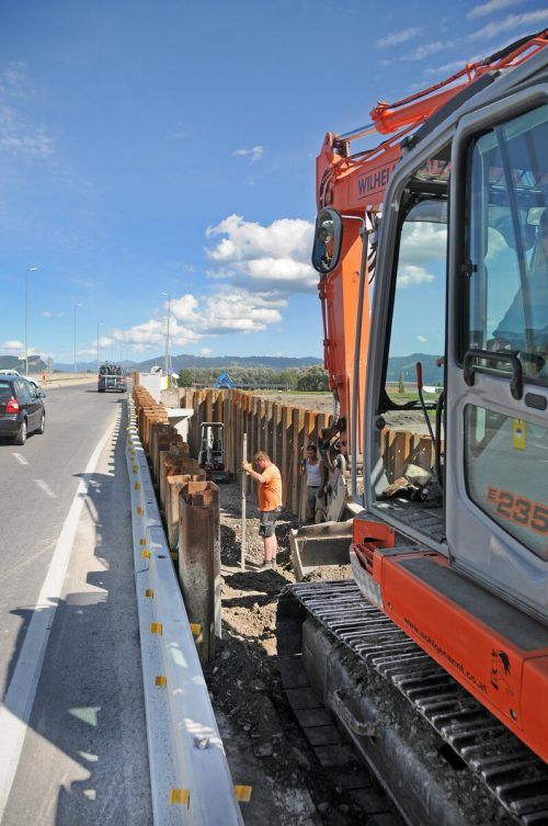 Bauarbeiten unmittelbar neben der Fahrbahn der L202.