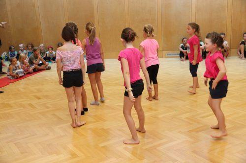 Bei der Tanzwoche werden verschiedene Schritte gelernt und eineChoreografie einstudiert.